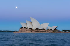 Opinião do teatro da ópera de Sydney com a Lua cheia no por do sol Fotografia de Stock Royalty Free