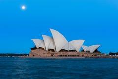 Opinião do teatro da ópera de Sydney com a Lua cheia no por do sol Imagens de Stock
