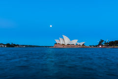 Opinião do teatro da ópera de Sydney com a Lua cheia no por do sol Fotos de Stock Royalty Free