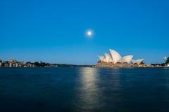 Opinião do teatro da ópera de Sydney com a Lua cheia no por do sol Imagens de Stock Royalty Free