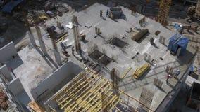 Opinião do telhado no local residencial inacabado da construção civil Tiro aéreo vídeos de arquivo
