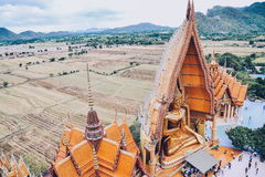 Opinião do templo da caverna do tigre (sua do tham de Wat), Kanchanaburi de olhos de pássaro, Tailândia Foto de Stock Royalty Free