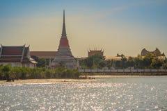 Opinião do templo de Wat Phra Samut Chedi do rio de Chao Phraya, o bea Imagens de Stock Royalty Free