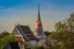 Opinião do templo de Wat Phra Samut Chedi do rio de Chao Phraya, o bea Imagens de Stock