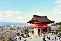 Opinião do templo e da cidade de Kiyomizu-dera e montanha de Kyoto, Japão imagens de stock royalty free