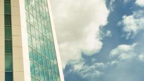 Opinião do timelapse do baixo ângulo dos arranha-céus em Francoforte que mostra as nuvens que movem 4k aéreo vídeos de arquivo