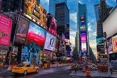 Opinião do Times Square do amanhecer com o táxi e o trabalhador da construção amarelos de táxi imagem de stock