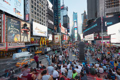 Opinião do Times Square com os povos dos assentos do bleacher dos tkts em New York imagens de stock royalty free