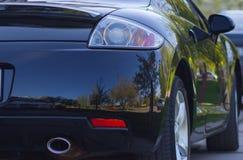 opinião do Traseiro-lado de um carro luxuoso com natureza natural da reflexão Imagem de Stock Royalty Free