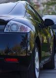 opinião do Traseiro-lado de um carro luxuoso com natureza natural da reflexão Fotografia de Stock Royalty Free