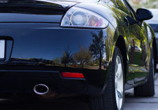 opinião do Traseiro-lado de um carro luxuoso com natureza natural da reflexão Fotos de Stock
