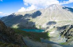 Opinião do vale de Akchan da passagem de montanha de Kuyguk Montanhas de Altai imagens de stock royalty free