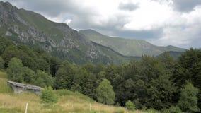 Opinião do verão da parte superior dos cumes suíços perto de Locarno video estoque