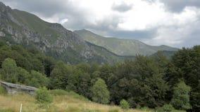 Opinião do verão da parte superior dos cumes suíços perto de Locarno filme