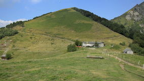 Opinião do verão da parte superior dos cumes suíços perto de Locarno vídeos de arquivo
