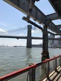 Opinião do verão da ponte de Brooklyn de Manhattan imagem de stock