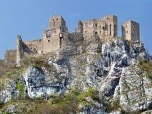 Opinião do verão do castelo arruinado de Strecno Imagens de Stock Royalty Free