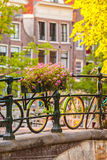 Opinião do verão das bicicletas na cidade holandesa Amsterdão Foto de Stock Royalty Free