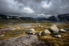 A opinião do verão de Trolltunga em Odda, lago Ringedalsvatnet, Noruega Foto de Stock