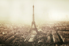 Opinião do vintage da torre Eiffel em Paris - França foto de stock royalty free