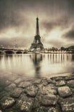 Opinião do vintage da torre Eiffel em Paris - França fotos de stock royalty free