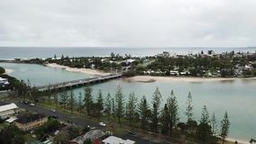 A opinião do zangão, burleigh molha, vista para o mar de Gold Coast vídeos de arquivo