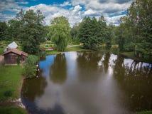 Opinião do zangão da casa pelo lago fotos de stock royalty free