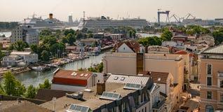 A opinião do zangão da cidade pequena com barcos entrou no canal e no larg dois fotografia de stock royalty free