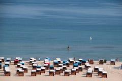 Opinião do zangão da praia bonita em Warnemunde, Alemanha em S Báltico imagens de stock