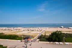 Opinião do zangão da praia bonita em Warnemunde, Alemanha em S Báltico fotos de stock royalty free