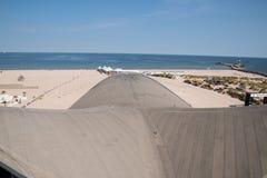 Opinião do zangão da praia bonita em Warnemunde, Alemanha em S Báltico fotografia de stock royalty free