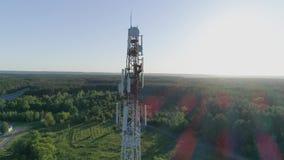 Opinião do zangão na torre da telecomunicação, trabalhador que presta serviços de manutenção à antena celular video estoque