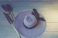 Opinião dos acessórios do ` s das mulheres de cima de Imagem conceptual Flores fêmeas do chapéu e do lupine em um fundo de madeir Fotografia de Stock