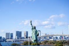 Opinião dos arranha-céus da estátua da liberdade e do Tóquio de Odaiba Fotografia de Stock