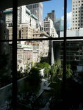 Opinião dos arranha-céus de Manhattan do interior imagem de stock