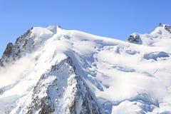 Opinião dos cumes de Mont Blanc Foto de Stock