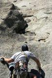 Opinião dos montanhistas da rocha foto de stock