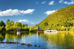 Opinião Dragon Pool preto, Lijiang, China imagens de stock