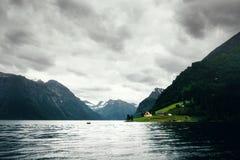 Opinião dramática da noite do fiorde de Hjorundfjorden imagens de stock royalty free