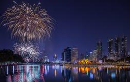 Opinião e fogo de artifício da noite em Banguecoque Imagens de Stock