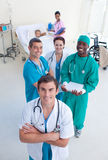 Opinião elevada a equipa médica com uma criança na cama Fotos de Stock