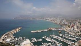 Opinião elevado da Espanha de Calpe da cidade do turista em Costa Blanca na comunidade Valencian com porto e barcos filme