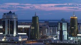 A opinião elevado da noite sobre o distrito financeiro do centro da cidade e da central com amarelo eleva-se Timelapse, Cazaquist video estoque