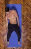 Opinião elevado lateralmente descamisado magro apta do Abs do corpo do homem novo foto de stock