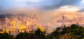 Opinião enevoada da noite do porto de Victoria, Hong Kong Imagem de Stock Royalty Free