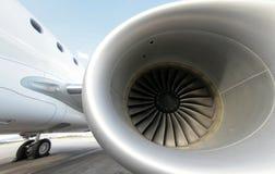 Opinião enorme da turbina do avião de passageiros foto de stock