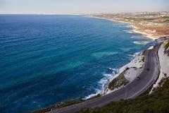 A opinião ensolarada mediterrânea de costa de mar do verão da estrada do penhasco entre Naqoura e pneumático, Líbano imagem de stock