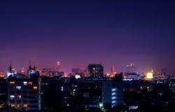 Opinião escura da arquitetura da cidade da noite em Ásia imagem de stock