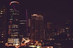 Opinião espetacular da cidade da noite da janela Arranha-céus famosos de Kuala Lumpur, Malásia Metrópole do negócio Edifício mode Fotos de Stock