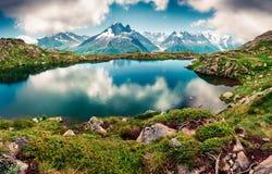 Opinião esplêndida do verão do lago Blanc da laca com Mont Blanc Mont fotos de stock royalty free